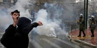 Συλλαλητήριο: Οργανωμένες ομάδες προκάλεσαν τα επεισόδια στη Βουλή. Δέκα τραυματίες αστυνομικοί και ένας φωτορεπόρτερ