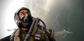 v Γιατί πετάνε μαχητικά αεροσκάφη πάνω από τη Θεσσαλονίκη γιορτή αεροπορίας 2020 28η Οκτωβρίου: Μήνυμα του πιλότου του F-16 ΖΕΥΣ για την εθνική επέτειο Δημήτρης Βολακάκης 28η Οκτωβρίου: Αυτός είναι ο πιλότος του F-16 στην παρέλαση