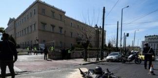 Τροχαίο στη Βουλή: Η στιγμή της σύγκρουσης Τροχαίο στη Βουλή: «Μίλησαν» οι κάμερες - Το όχημα πέρασε με κόκκινο