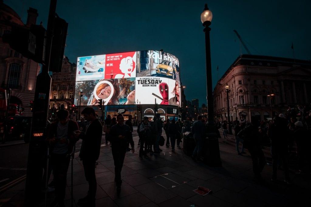 Η Βρετανία αίρει όλα τα μέτρα για τον κορονοϊό παρά την έξαρση