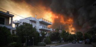 Φωτιά στην Βαρυμπόμπη: Συγκλονίζει αστυνομικός που ακούστηκε να λέει σε πολίτες «Αν δε φύγετε από το σπίτι, θα μείνω εδώ και θα καώ μαζί σας»
